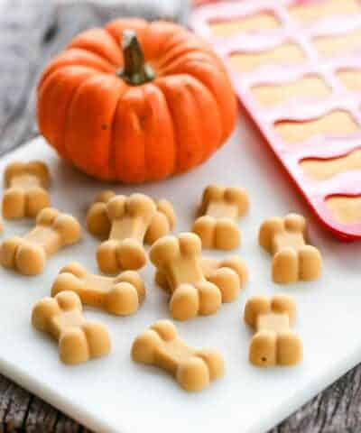 These Frosty Pumpkin Dogs Treats are the perfect way to help elimate fall itchy skin that many dogs experiece! With just a few simple & healthy ingredients, you can whip up a batch of delicious treats to calm your dogs fall-inflamed skin!